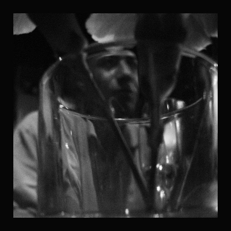 Un homme dans un verre de fleur